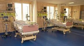 Modern medisch bed en een speciaal apparaat in de moderne afdeling van Re stock fotografie