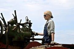 Modern meisje die een stoommotor in werking stellen Stock Afbeeldingen