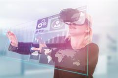 Modern meisje met virtuele werkelijkheid of 3d hoofdtelefoon Stock Foto's