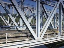 Modern metalljärnvägsbro Royaltyfri Fotografi