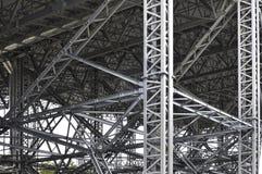Modern metallstruktur av kolonner och bråckband Royaltyfri Bild