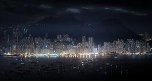 Modern metropolispanorama på natten Höga skyskrapor av Hong Ko Royaltyfri Foto