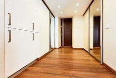 Modern minimalism utformar korridorinre Arkivfoton