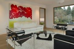 Modern minimalist vardagsrum med konstverk Royaltyfri Bild