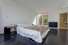 Modern minimalistisch slaapkamerbinnenland royalty-vrije stock foto