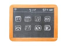 Modern minnestavladator som dras på en svart tavlaminnestavla Arkivbilder