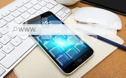 Modern mobiltelefon med internetrengöringsdukstången Arkivbild