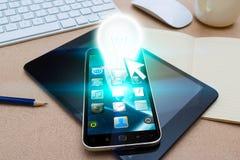 Modern mobiltelefon med lightbulben Royaltyfri Bild