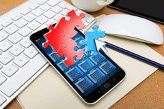 Modern mobiltelefon med pusselsymboler Royaltyfri Foto