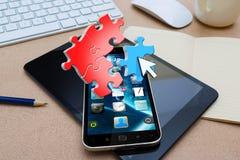 Modern mobiltelefon med pusselsymboler Arkivbild