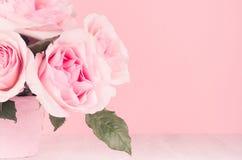 Modern modehemmiljö i elegant stil och rosa färg - rika frodiga rosor i korg på det vita träbrädet, kopieringsutrymme, closeup royaltyfri fotografi