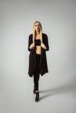 Modern modell för stilklädermode Girl Posing arkivbilder