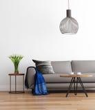 Modern modern vardagsrum med den gråa soffan Arkivbilder