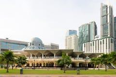 Modern moské mellan skyskrapan Arkivbild