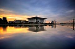 Modern moské som lokaliseras nära floden under soluppgång Fotografering för Bildbyråer