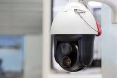 Modern motoriserad bevakningkamera Rörande lense för dubbel bred vinkel Själv som lär konstgjord intelligens Spåring av målet Fol royaltyfria bilder