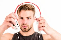 modern musik Ny teknik i modernt liv sexig muskulös man att lyssna musik mannen lyssnar den nya sången som isoleras på vit royaltyfri bild