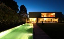 modern natt för härligt hus utomhus arkivbilder