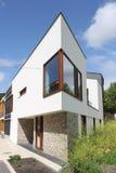 Modern Nederlands huis met witte voorzijde Stock Fotografie
