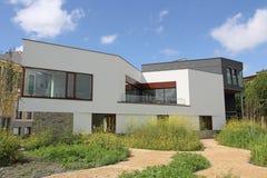 Modern Nederlands losgemaakt huis Stock Afbeeldingen