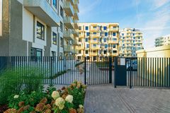 Free Modern New Residential Apartment House Building With Entrance Gate Royalty Free Stock Photos - 141970868