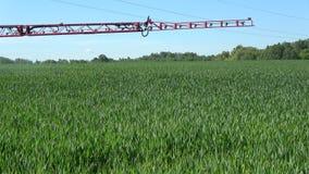 Modern nieuw bespuitend het gewassengebied van de Landbouwtractor in de zomertijd stock video