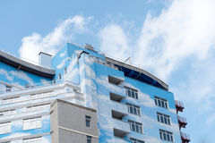 Modern nybygge med fasaden för blå himmel royaltyfri foto
