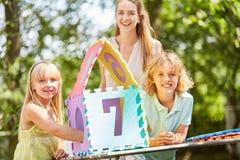 Modern och barn bygger ett hem- pussel royaltyfria bilder