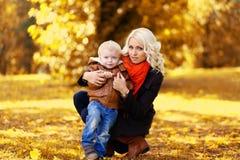 Modern och barnet går i solig höstdag Royaltyfri Fotografi