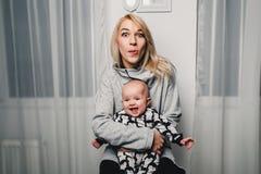 modern och behandla som ett barn lite olika sinnesrörelser för show i kameran Royaltyfri Foto