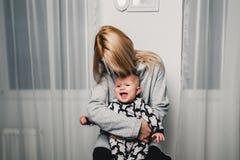 modern och behandla som ett barn lite olika sinnesrörelser för show i kameran Royaltyfria Foton