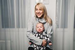 modern och behandla som ett barn lite olika sinnesrörelser för show i kameran Royaltyfri Bild