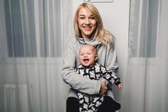 modern och behandla som ett barn lite olika sinnesrörelser för show i kameran Royaltyfri Fotografi