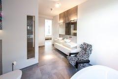 Modern och bekväm inre av ett badrum arkivfoton