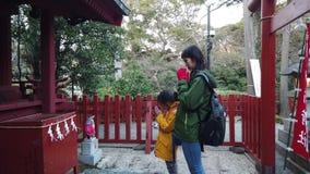 Modern och dottern ber i den Kamakura relikskrin stock video