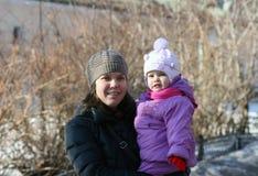Modern och dottern går på Arkivbilder