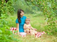 Modern och dottern har den utomhus- picknicken royaltyfri bild