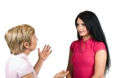 Modern och dottern har en konversation royaltyfri bild