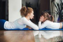 Modern och dottern har gyckel i idrottshallen Arkivfoton