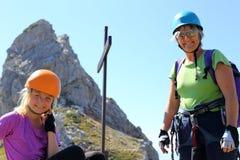 Modern och dottern klättrar Royaltyfri Foto