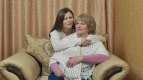 Modern och dottern meddelar hemma efter ett långt avskiljande Släktingar omfamnar och ser framåtriktat till möte lager videofilmer
