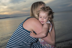 Modern och dottern på stranden sid ha gyckel Royaltyfria Bilder