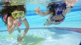 Modern och dottern simmar undervattens- i pöl lager videofilmer