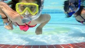 Modern och dottern simmar undervattens- i pöl stock video