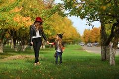 Modern och dottern som går rymma händer på, parkerar Familjlivsstilbegrepp Arkivbild