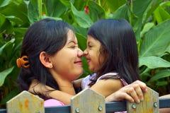 Modern och dottern spelar tillsammans Arkivbilder
