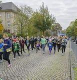 Modern och dottern, unga flickor, barn kör sportferie, maraton i Tyskland, Magdeburg, oktober 2015 Arkivbild