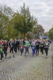 Modern och dottern, unga flickor som kör sporten, semestrar, maraton i Tyskland, Magdeburg, oktober 2015 Royaltyfria Foton