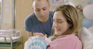 Modern och fadern med ett nyfött behandla som ett barn på sjukhuset lager videofilmer