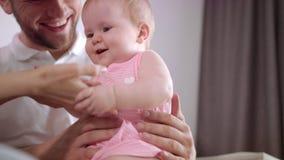 Modern och fadern tycker om att spela med barnet Den glade familjen tycker om samhörighetskänsla arkivfilmer